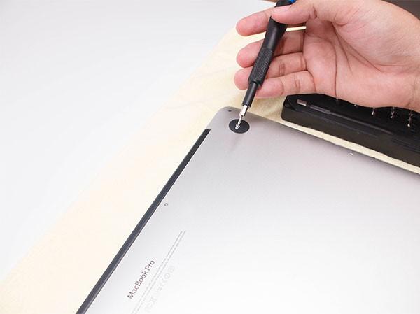 Tô vít mở Macbook